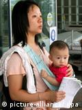 A mother with her son waits at the Princess Margaret hospital in Hong Kong, China, 22 September 2008. The hospital is handling health checks on children who may have been affected by contaminated mainland milk after a three-year-old Hong Kong girl who'd been fed tainted milk was found to have kidney stones on 21 September. It was the first case to be diagnosed locally since dairy products laced with the industrial chemical melamine made thousands of mainland children ill. Hong Kong health department said on 22 September that one more child have been fed tainted milk milk product adulterated with melamine. EPA/YM YIK +++(c) dpa - Bildfunk+++
