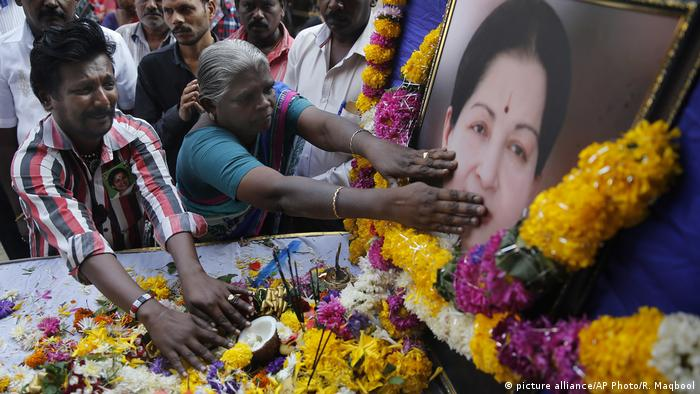 India Jayalalithaa Trauer (picture alliance/AP Photo/R. Maqbool)