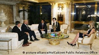USA Treffen Donald Trump & japanischer Premierminister Shinzo Abe (picture-alliance/Ho/Cabinet Public Relations Office)
