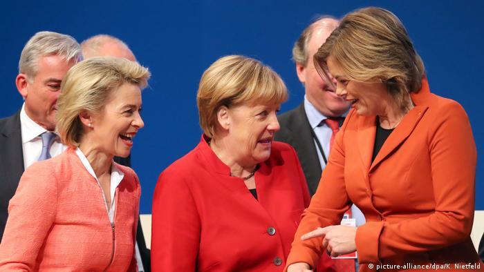 Deutschland CDU Parteitag Merkel flankiert durch Von der Leyen und Kloeckner (picture-alliance/dpa/K. Nietfeld)