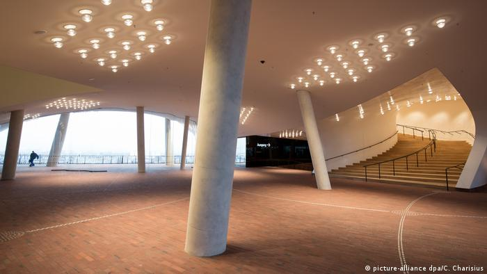 Izuzetna novogradnja filharmonije nad Labom sa koje se vidi čitav Hamburg takođe je obično prepuna, a karte se kupuju nedeljama unapred. Sad je pak moguće maltene ušetati u nju – ali se ipak savetuje da kartu kupite unapred. Broj posetilaca strogo je ograničen.