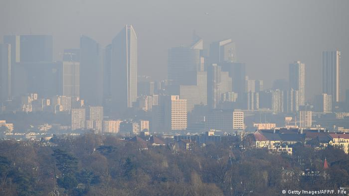 A picture taken on December 5, 2016 from Saint-Germain-en-Laye shows a view of La Defense business in a smog