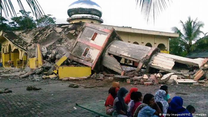 Tens of thousands displaced following Aceh earthquake
