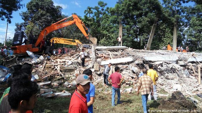 Resultado de imagem para Dezenas de pessoas morrem após terremoto atingir Indonésia