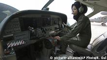 Afghanistan Pilotin Safia Ferozi (picture-alliance/AP Photo/R. Gul)