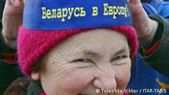 Фото женщины в шапке с надписью: Беларусь в Европу