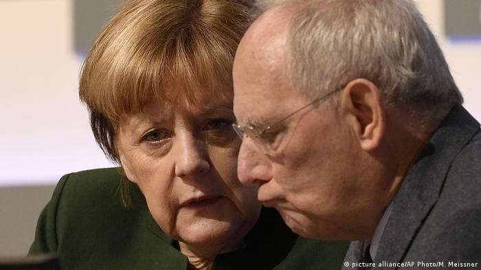 Angela Merkel und Wolfgang Schäuble auf dem CDU Parteitag in Essen (07.06.2016) (picture alliance/AP Photo/M. Meissner)