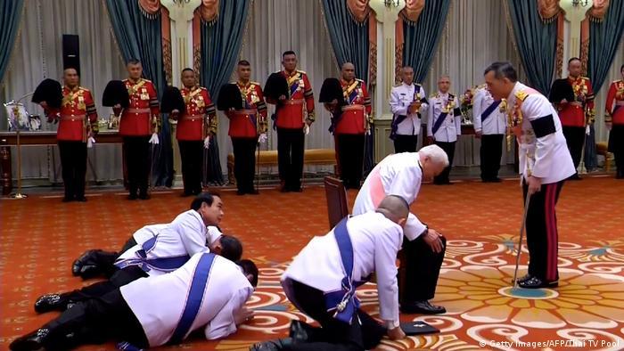 Der heutige Premierminister Prayuth und Mitglieder des Königsrats werfen sich 2016 vor dem neuen König Vajiralongkorn nieder