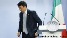 epa04819917 Italian Prime Minister Matteo Renzi leaves the podium after a news conference at the end of the second day during European heads of state summit at the EU Council headquarters in Brussels, Belgium, 26 June 2015. EPA/OLIVIER HOSLET  