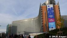 07.12.2016*** Europäischer Freiwilligendienst. Logo des Europäischen Freiwilligendienstes an der Fassade des Berlaymont-Gebäudes, Sitz der Europäischen Kommission in Brüssel. Start des Projekts 100 000 Freiwillige bis 2020. Aufgenommen am 07.12.2016. Foto: Bernd Riegert, DW, alle Rechte
