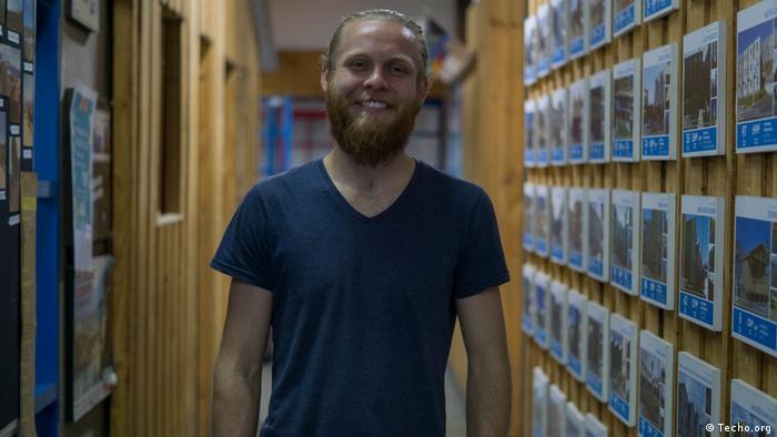 El estudiante alemán Thilo Hagedorn realiza una práctica en las oficinas de Techo, en Santiago de Chile.