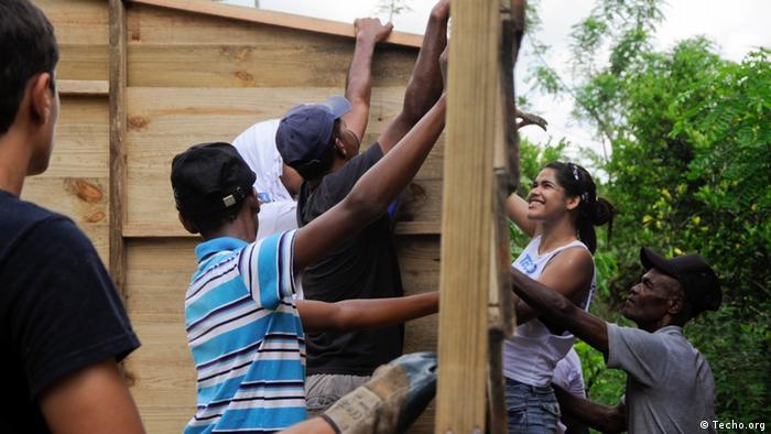 Los voluntarios de Techo trabajan codo a codo con las comunidades. Aquí, en la construcción de una vivienda más digna en la ciudad de Bayaguana, Colombia.