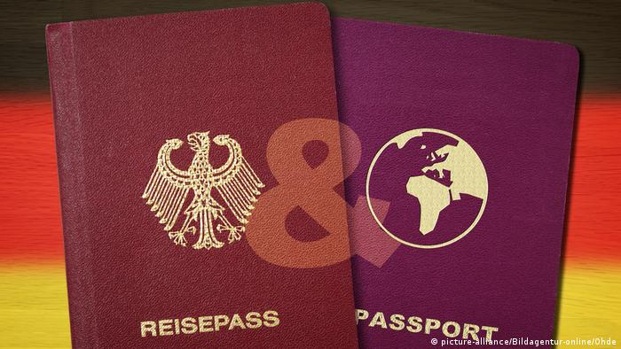Deutscher und zweiter Pass vor Deutschlandfahne Symbolfoto doppelte Staatsbuergerschaft (picture-alliance/Bildagentur-online/Ohde)