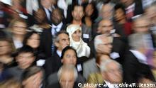 ARCHIV - Migranten und Migrantinnen stehen auf einer Treppe im Bundeskanzleramt in Berlin (Zoomeffekt - Archivfoto vom 01.10.2008). Hessen soll aus Sicht der CDU- Landtagsfraktion weiter Vorreiter bei der Integration von Zuwanderern bleiben. Als Beispiele nannte der Unions-Abgeordnete Bellino die Vorlaufkurse zur frühen Sprachförderung und das Aufklärungsprojekt für Vorbeter und für weibliche Mitglieder der Moscheen. Gleichzeitig müsse noch mehr für die Schul- und Berufsbildung von Zuwanderern getan werden. Foto: Rainer Jensen (zu lhe 7260 vom 26.01.2009) +++(c) dpa - Bildfunk+++   Verwendung weltweit