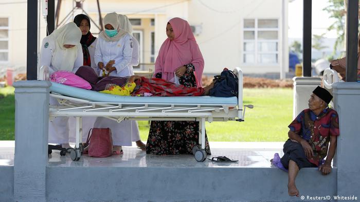 La cifra de muertos por el sismo de magnitud 6,4 que sacudió Indonesia el miércoles ascendió a más de 100. El terremoto derrumbó cientos de viviendas, comercios y mezquitas en los distritos de Pidie Jaya, Pidie y Bireuen, los más afectados. Unas 800 personas resultaron heridas, 136 de ellas de gravedad, según informó el portavoz de los servicios de Protección Civil, Sutopo Nugroho. (8.12.2016)