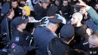 Septembar 2008. - Sukob huligana sa policijom koaj je pokušala da zaštiti učesnike Queer festivala u Sarajevu