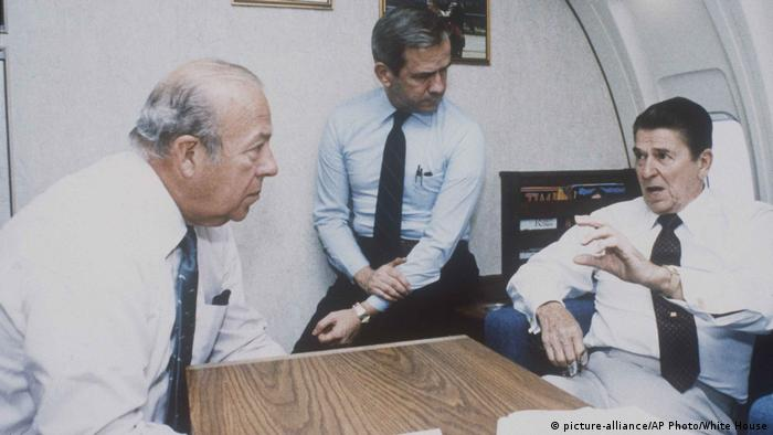 Ronald Reagan, George Shultz, Robert McFarlane in der Air Force One