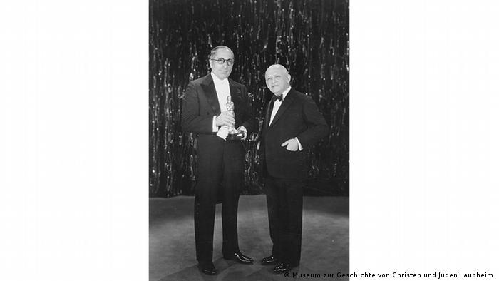 Producer Carl Laemmle receives Oscar in 1930 (Museum zur Geschichte von Christen und Juden Laupheim )