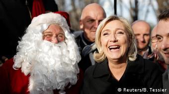 Марин Ле Пен на рождественском рынке в Париже
