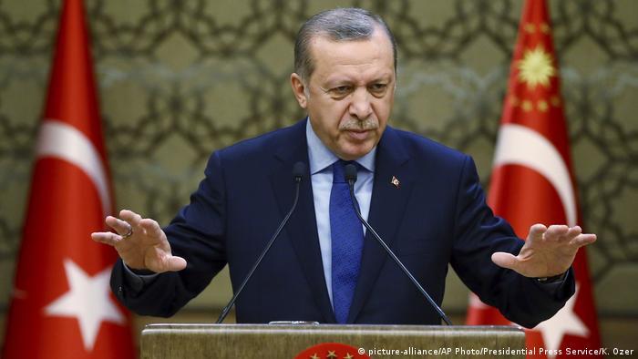 Erdogan za govornicom gestikulira rukama