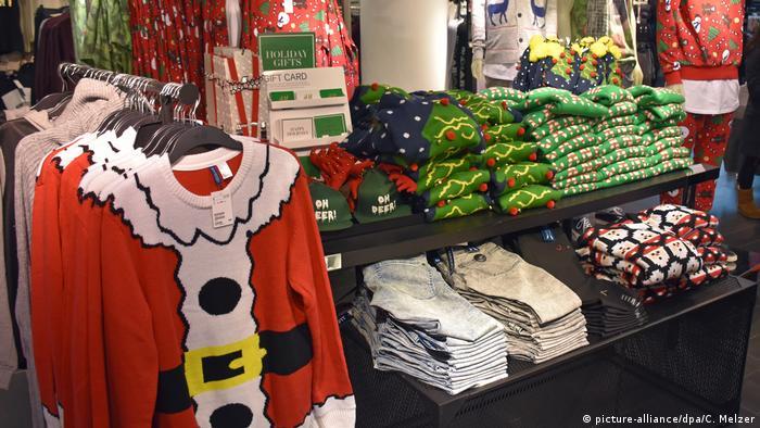 Светри напрочуд популярні. У США навіть елітні магазити виставляють цілі стійки із сліпучо-яскравими светрами з новорічною тематикою. Американський актор Білл Косбі може вважатися іконою стилю жахливих різдвяних светрів - його персонаж з сіткому 1980-х The Cosby Show часто вдягав светри з кричущими візерунками.