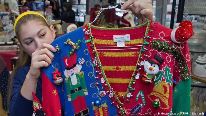 Вибагливість жахливого різдвяного светра не знає меж. Строкаті кофтини прикрашають до абсурдного стану - у тому числі ялинковими кульками, іграшками, дзвічночками та гірляндами. Попит на такі светри цього року злетів угору - багато магазинів повністю розпродали запаси чудернацького одягу.