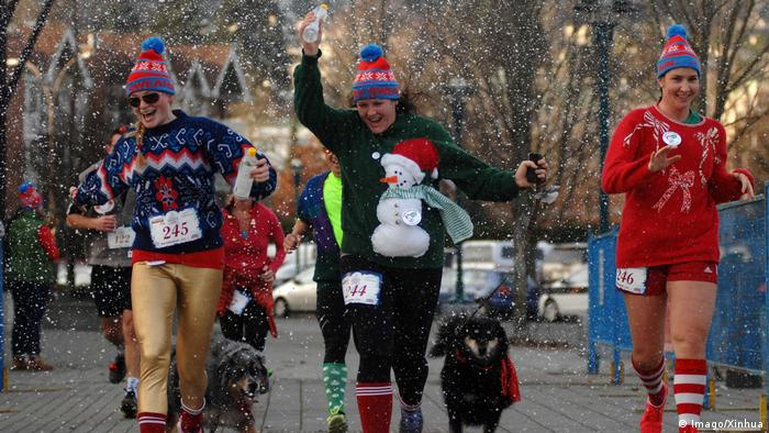 Сотні бігунів у Канаді витягнули зі скринь найбезглуздіші светри, щоб відзначити прихід сніжного сезону. Перший така пробіжка жахливих светрів пройшла у країні у 2013 році.