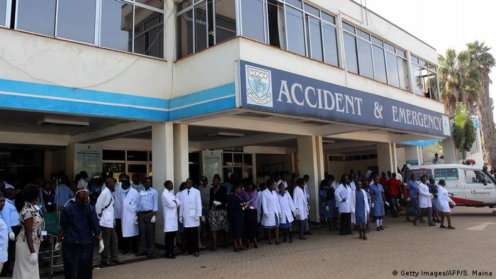 Doctors and patients outside Kenyatta National Hospital (Getty Images/AFP/S. Maina)