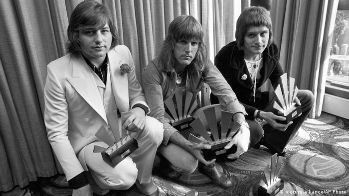 Greg Lake (izqda.) y Keith Emerson (centro), de la banda Emerson, Lake and Palmer, fallecieron ambos este año. Emerson, pianista y compositor, murió el 10 de marzo de 2016 en Santa Mónica, California, y Lake, guitarrista, bajista y cantante, falleció el 7 de diciembre en Londres. EL&P fue una banda emblemática del rock progresivo de los años 70 e influyeron con su estilo a toda una generación.