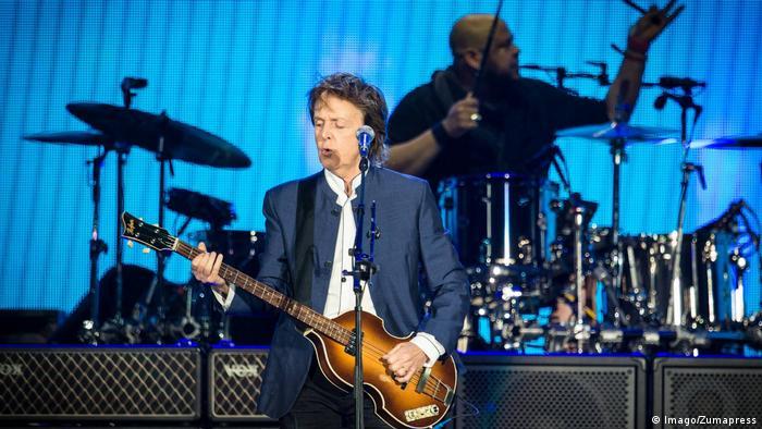 USA Paul McCartney auf der Bühne am Mikrofon, singend und sein Bass in der Hand. (Foto: Imago/Zumapress)