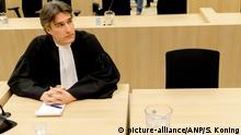 Marten 't Sas, der Anwalt von Wilders, daneben der leere Stuhl des Angeklagten
