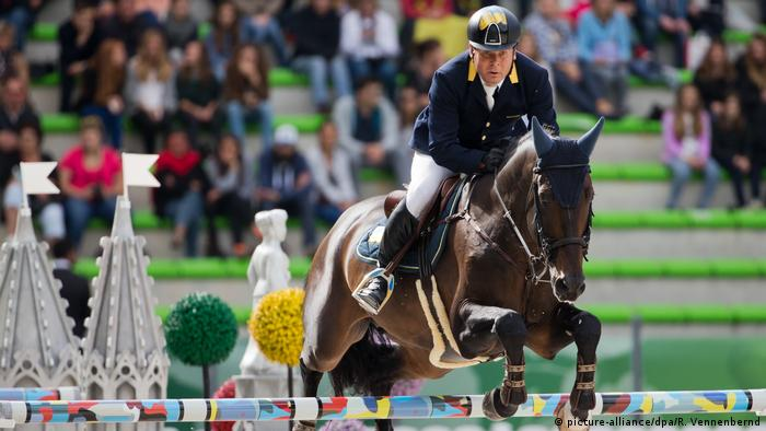 Oleksandr Onyshchenko at a show jumping competition (picture-alliance/dpa/R. Vennenbernd)