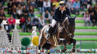 Александр Онищенко во время соревнований по конному спорту во Франции