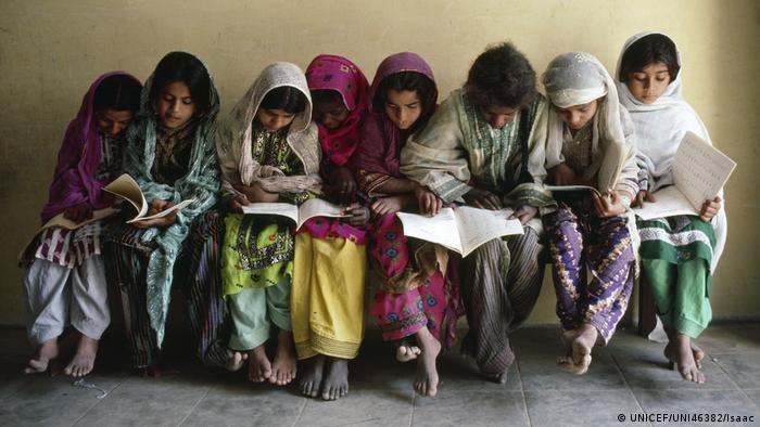 UNICEF Schulmädchen in Pakistan (UNICEF/UNI46382/Isaac)