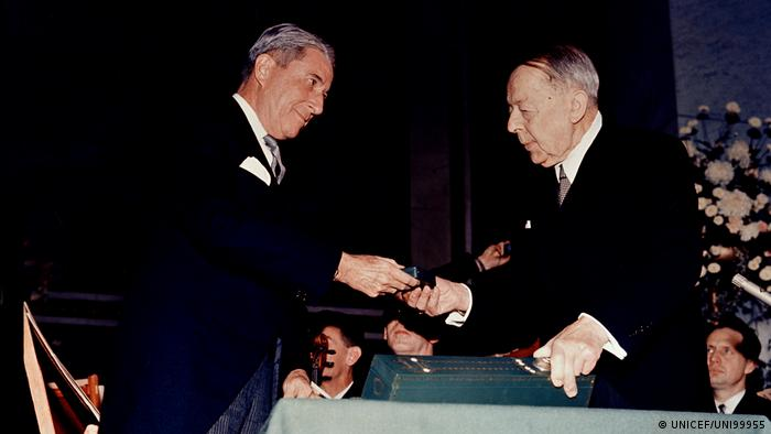 Henry Labouisse recieved Nobel prize (UNICEF/UNI99955)