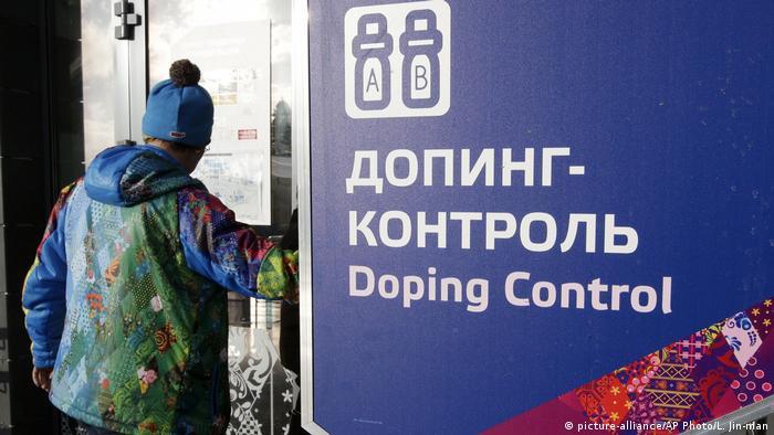 Placa com o dizer controle antidoping em russo e em inglês, em Sochi, nos Jogos Olímpicos de Inverno de 2014