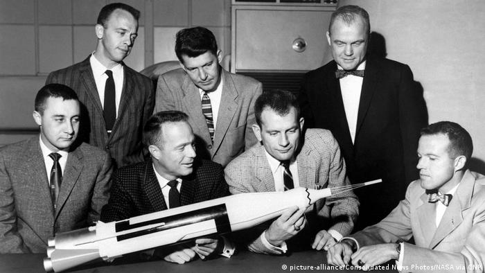 USA Raumfahrt die sieben Astronauten von Mercury mit Model (picture-alliance/Consolidated News Photos/NASA via CNP)