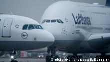Deutschland Lufthansa Tarifverhandlungen Symbolbild Flugzeuge der Lufthansa in Frankfurt