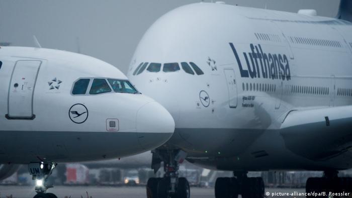 Deutschland Lufthansa Tarifverhandlungen Symbolbild Flugzeuge der Lufthansa in Frankfurt (picture-alliance/dpa/B. Roessler)