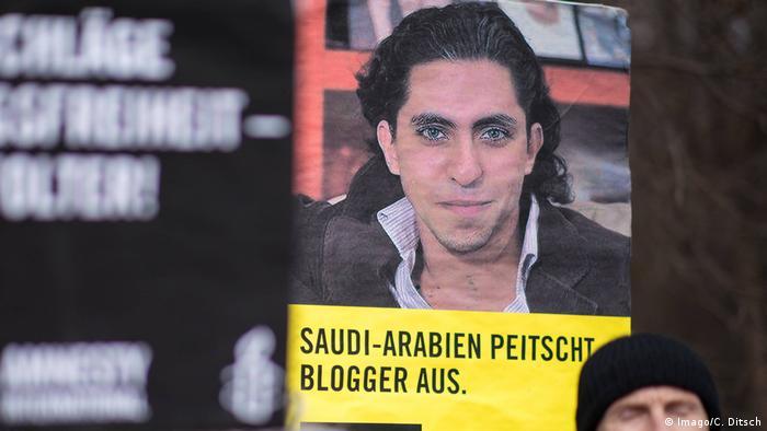 Auf einer Demo für den Blogger Raif Badawi wird ein Schild hochgehalten auf dem steht geschrieben: Saudi-Arabien peitscht Blogger aus. (Foto:Imago/C. Ditsch)