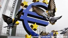 Euro Symbol Frankfurt (picture alliance/AP Photo/M. Probst)