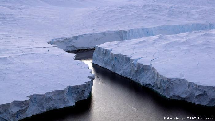 Un iceberg de unos 5.000 kilómetros cuadrados, considerado como uno de los diez más grandes registrados hasta ahora, está cerca de desprenderse de la Antártida, según análisis de científicos de una Universidad de Gales. Eso causa preocupación, pues si se separase, los glaciares acelerarían su movimiento hacia el mar, lo que tendría un impacto en el nivel de las aguas.(6.01.2017)