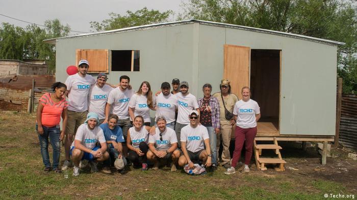 Uruguay Techo-Freiwilligee bei Marginalsiedlung (Techo.org)
