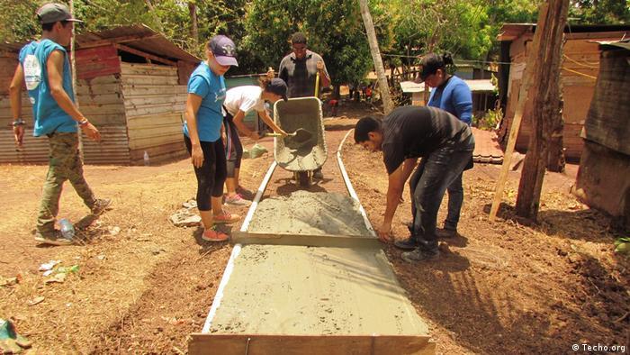 Panama Techo-Freiwillige bei Marginalsiedlung (Techo.org)