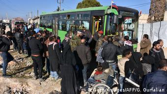Άμαχοι εγκαταλείπουν το Χαλέπι