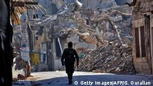 Syrien Aleppo Regierungs-Kämpfer in zerstörter Straße