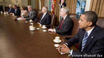 (v.l.n.r.) Senator Barack Obama, Minderheitenführer im Senat, Mitch McConnell, Mehrheitsführer Harry Reid, Präsident George W. Bush, u.a. beim Krisentreffen zur Rettung der Banken (25.9.2008)