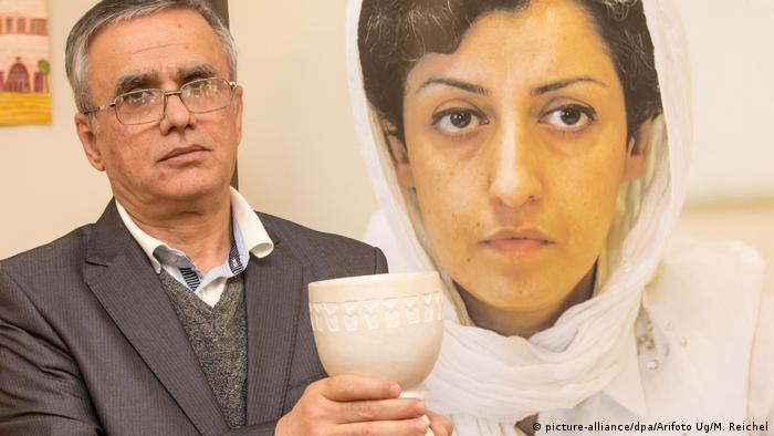 تقی رحمانی به نمایندگی از همسرش نرگس محمدی جایزه حقوق بشر شهر وایمار را دریافت کرد