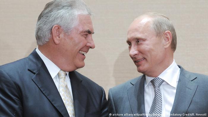 Russland Putin und Tillerson 2011 (picture alliance/dpa/Alexey Druginyn Mandatory Credit/R. Novosti)