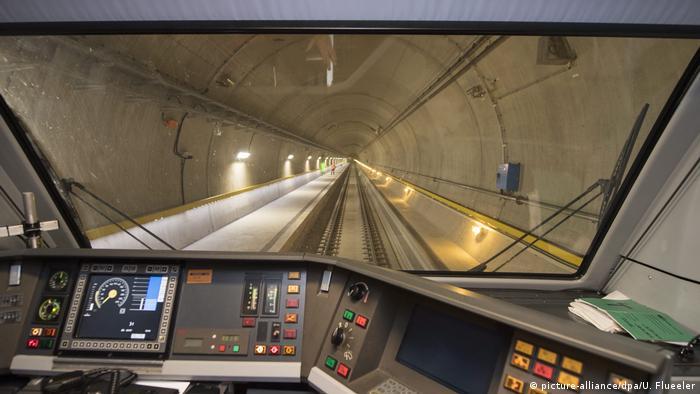 SBB Zug im Gotthard-Tunnel Cockpit Blick (picture-alliance/dpa/U. Flueeler)